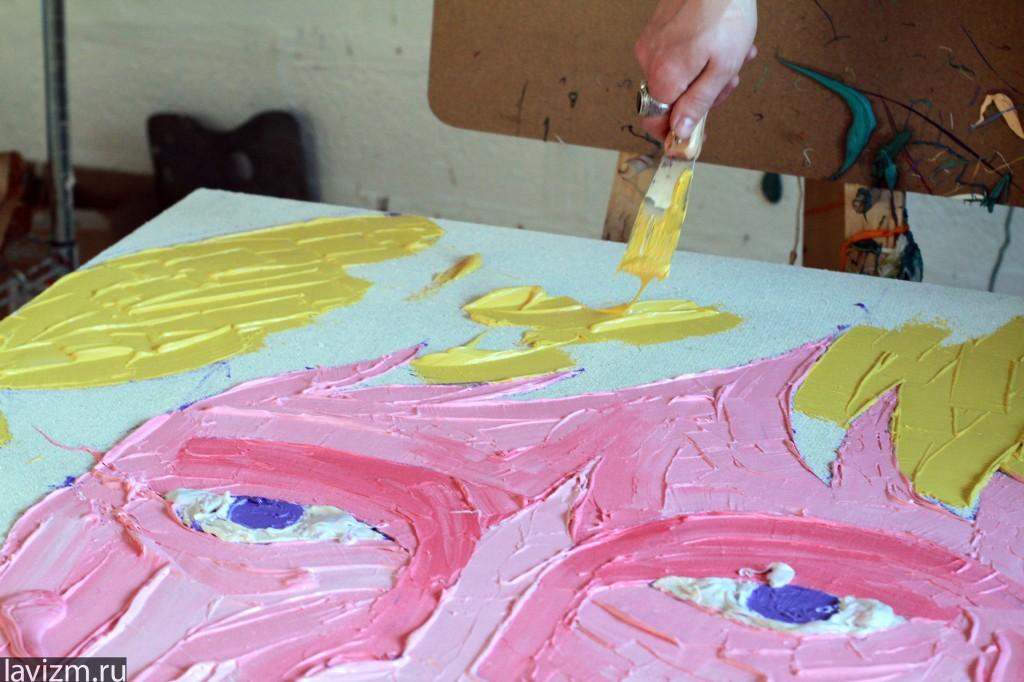 Художник рисует мастихином крупными мазками