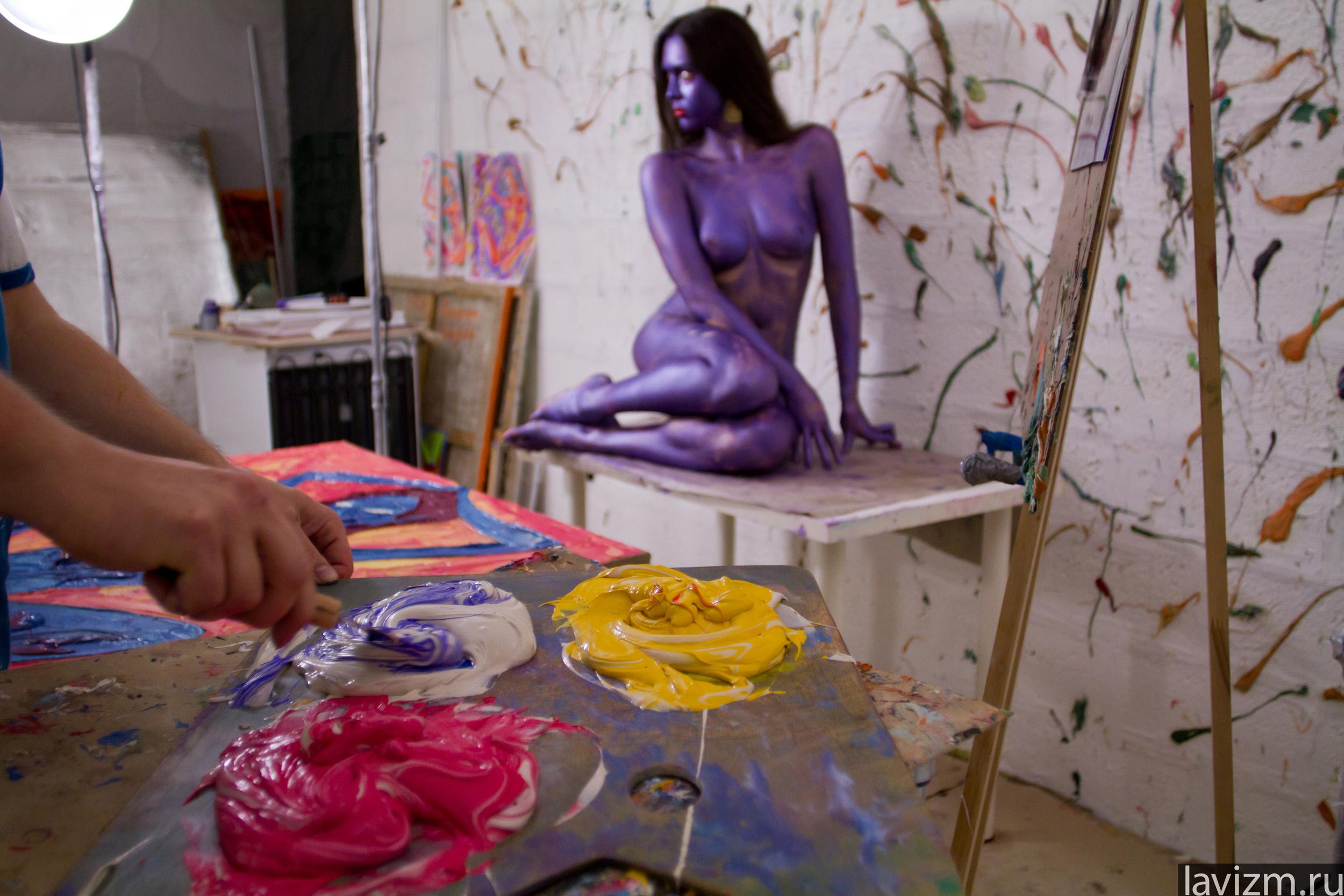 Юнные художницы и натурщик 6 фотография